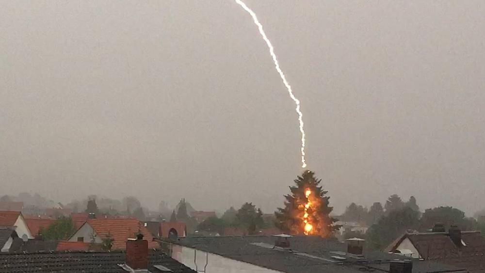 tolle aufnahme blitzeinschlag in ro223dorf � ffhde